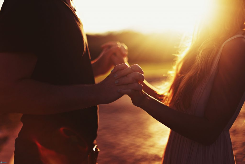 park-at-sunset-holding-hands-197233